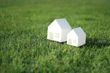 いらない土地や空き家は手放すべきか|処分する場合の補助金や活用する方法を解説